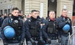 Poliziotti-si-tolgono-il-casco-in-Piazza-Castello-a-Torino-9-dicembre-fotogramma-ilfattoquotidiano